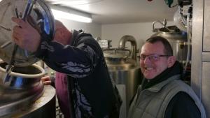 Claus Klint (th.) og bryggerkollegaen Erik Jensen er enige om, at vandbehandlingen i mikrobryggeriet giver ca. 20 procent større effektivitet og en mere elegant smag.