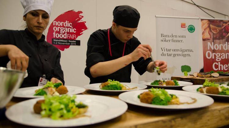 Der er 3 forskellige kokke-konkurrencer under messen. Én for unge svenske kokke, én for professionelle svenske kokke samt én for nordiske kokke. Sidstnævnte finder sted torsdag - og alle konkurrencerne er selvfølgelig 100 % økologiske.