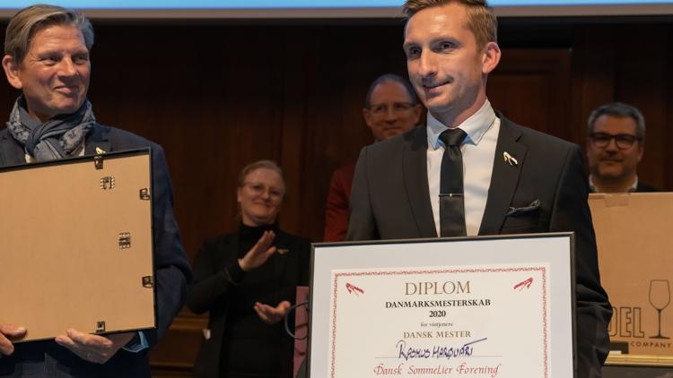 Dette års vinder er Rasmus Lunkov Marquart fra Restaurant Lyst i Vejle. Han skal nu kæmpe mod de sidste 10 års vindere af DM i sommelier, om retten til at repræsentere Danmark ved EM og VM. Foto: A.B.N.