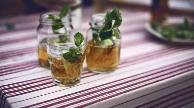 Akvavit vinder frem i luksuriøse cocktails verden over, men den skønne nordiske drik gør sig også godt i en sommerpunch